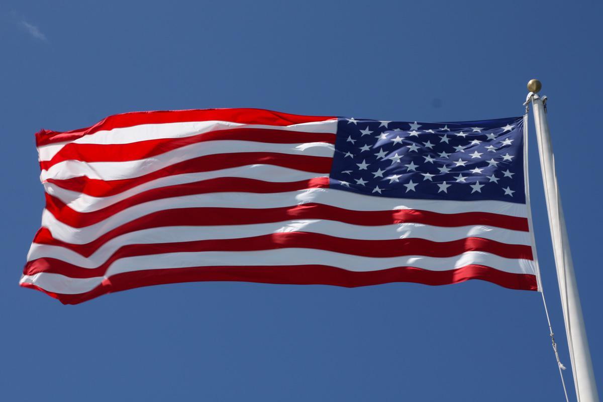 ЗНАМЯ США НА МЕМОРИАЛЕ АРИЗОНА